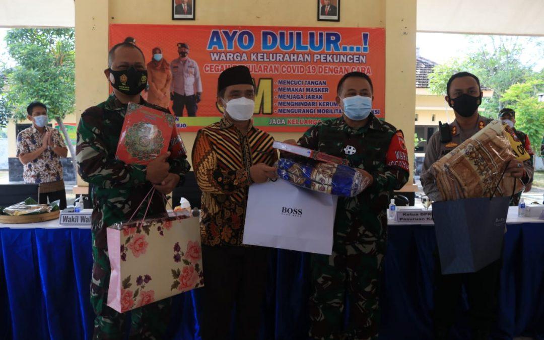 Tinjau Posko PPKM Mikro di Kota Pasuruan, Kasdm V/Brawijaya Bagikan Sembako dan Ingatkan Masyarakat Patuhi Ptotokol Kesehatan