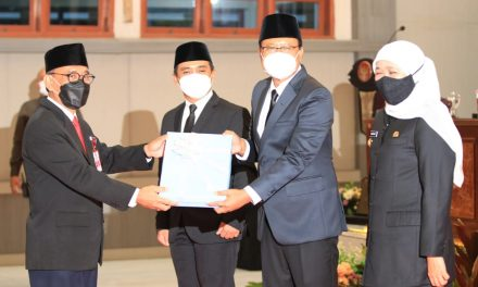 Disaksikan Gubernur Khofifah, Sertijab dari Plh Wali Kota Pasuruan kepada Wali Kota dan Wakil Wali Kota Pasuruan Terpilih